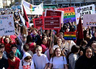 ერთსქესიანთა ქორწინების მხარდაჭერად ათასობით სკოლის მოსწავლე გამოვიდა
