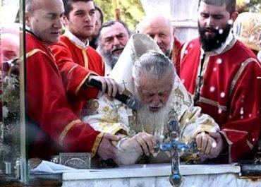 პატრიარქმა სამების საკათედრო ტაძარის ეზოში, დიდ აიაზმაში წყლის კურთხევის წესი აღასრულა