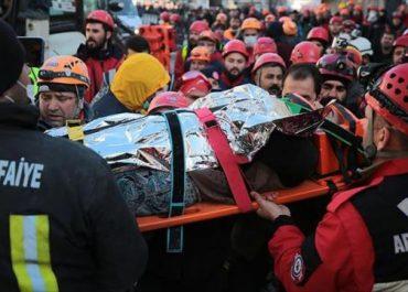 თურქეთში მაშველებმა გადაარჩინეს ქალი, რომელიც მიწისძვრის შემდეგ ნანგრევებში 17 საათი იმყოფებოდა