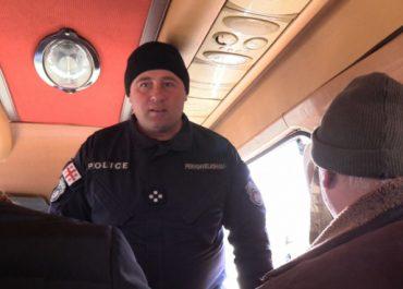 """""""აი, აქ არიან"""" - პოლიციამ საგუშაგოზე ჟურნალისტები მიკროავტობუსიდან ჩამოსვა"""