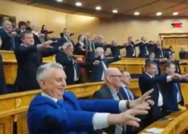 (ვიდეო) - რუსეთში ოლქის მთავრობის სხდომაზე წევრებს ავარჯიშებენ