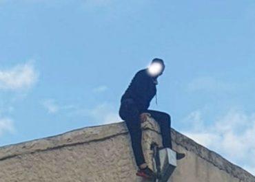 სამგორში მამაკაცი შენობის სახურავიდან ხტებოდა