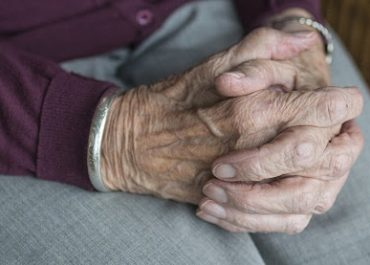 შიდა ქართლში ბებია 20 წლის შვილიშვილის გაუპატიურებაში ადანაშაულებს