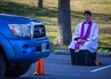 ვირუსის გამო აშშ-ში კათოლიკე მღვდელი აღსარებას უჩვეულო ფორმით იბარებს