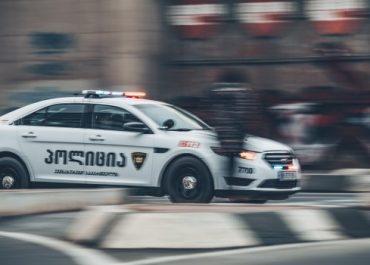 გაბრიელ სალოსის გამზირზე პოლიციელი სამსახურის მანქანით ქვეითს დაეჯახა