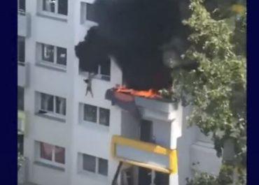 (ვიდეო) - შოკისმომგვრელი კადრები - ორი ბავშვი ცეცხლმოკიდებული შენობიდან გადმოხტა
