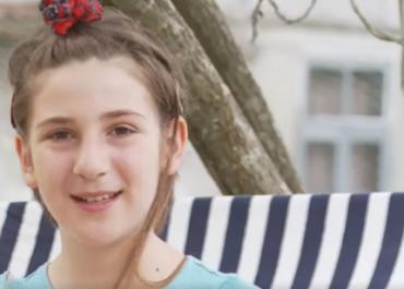 """(ვიდეო) - """"დავინახე სამი გოგონა და გადავწყვიტე, რომ ისინი ჩემი დები გამხდარიყვნენ"""" – გოგონა, რომლის თხოვნითაც მშობლებმა ბავშვები იშვილეს"""