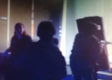 (ვიდეო) - როგორ ტოვებს 2 მძევალი ბანკის შენობას