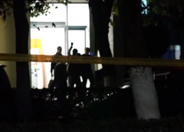 ვიდეო -  როგორ ტოვებს თავდამსხმელი ბანკის შენობას მძევლებთან ერთად