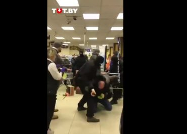 (ვიდეო) - სპეცრაზმი მაღაზიაში მოქალაქეებს სცემს - აქციების დარბევა ბელორუსში