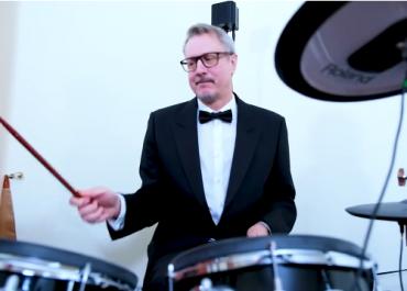 """კარლ ჰარცელმა საქართველოს ახალი წელი მიულოცა და სიმღერა """"ფიფქები"""" შეასრულა (ვიდეო)"""