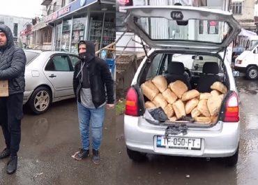ლანჩხუთში ახალგაზრდები პურს უფასოდ არიგებენ