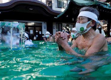იაპონიაში, პანდემიის დასასრულებლად, ყინულიან წყალში ილოცეს