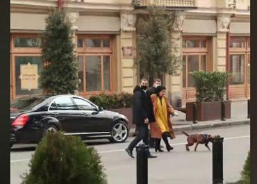 (ვიდეო) - პრეზიდენტი და მისი დაცვა ძაღლს ასეირნებენ