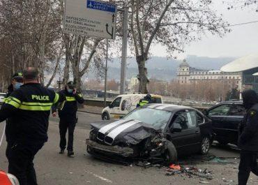 ავარია თბილისში - 3 ავტომობილი ერთმანეთს შეეჯახა